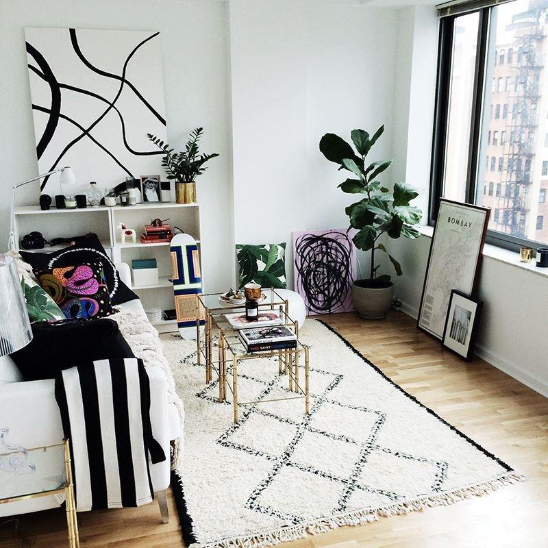 Небольшая квартира дает возможность отказаться от суеты и лишних предметов, создать райский уголок покоя.