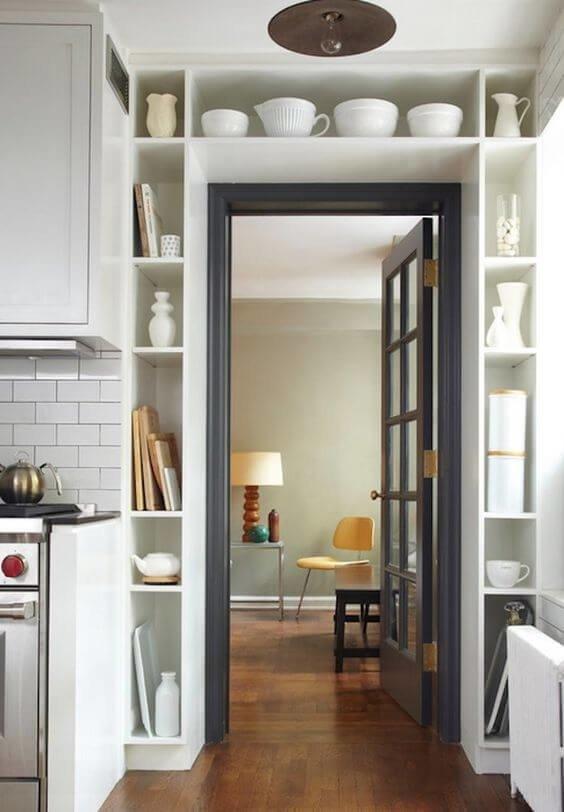 Идеальное решение для небольшой кухни - это хранилища в дверных проемах или даже вокруг шкафа