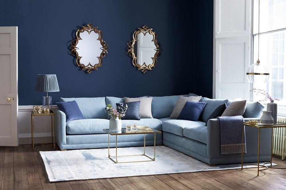 Светодизайн отображается на фактуре материалов и цветовом разрешении дивана.
