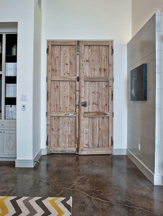 Хоть распашные двери являются вечной классикой, для оригинального и немного бунтарского лофта существует множество более смелых решений.