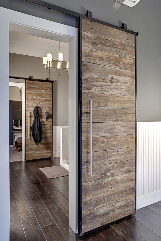 Легкая и не громоздкая раздвижная дверь - идеальный вариант для лофта.