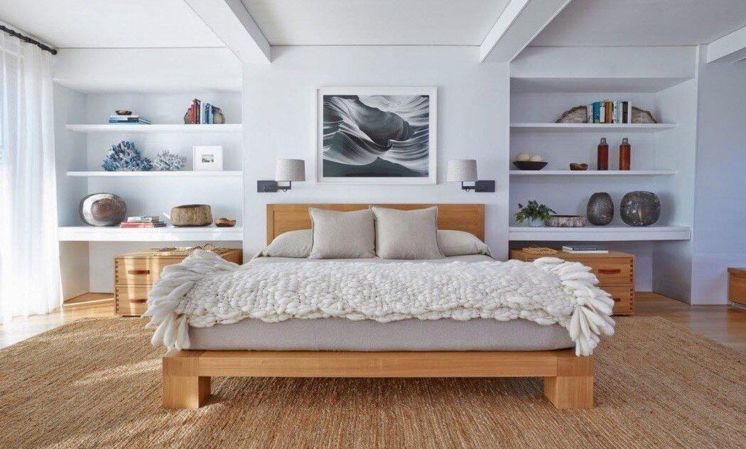 Качественно подобранные материалы, легкий и лаконичный стиль. Хозяева этой спальни были невероятно довольны работой дизайнера