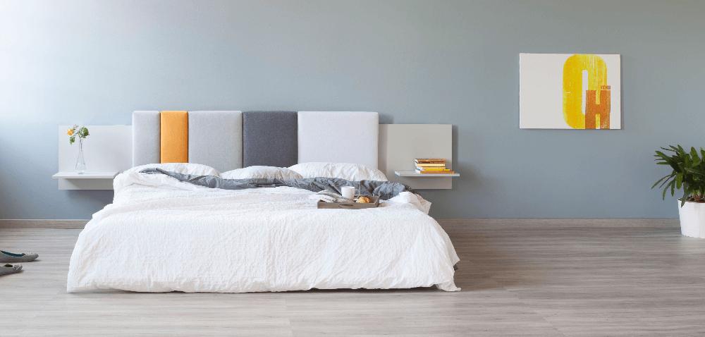 Слегка веселая кровать – лучше, чем просто кровать. Полки в изголовья позволят оставить нужную вещь рядом.