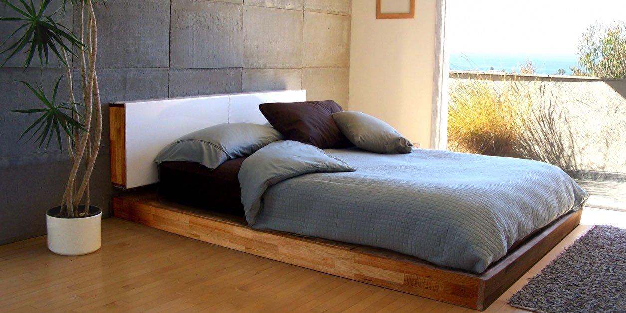 Сплошная или с выдвижным ящиками основа кровати и большой высокий матрас – характерные черты такого типа кроватей
