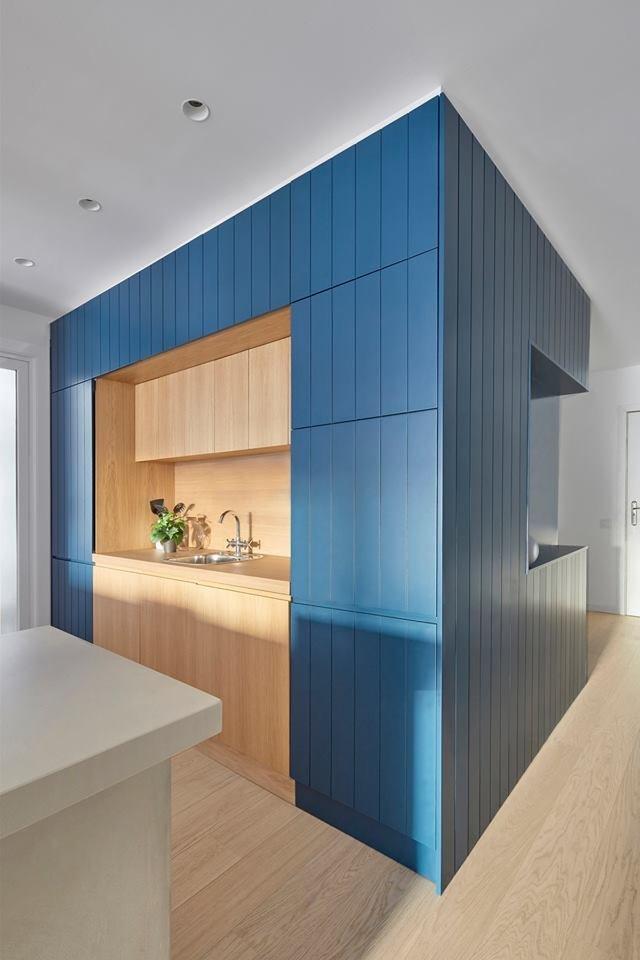 Вся бытовая техника «спрятана» за кухонными фасадами, благодаря чему пространство выглядит аккуратно, а интерьер целостным.