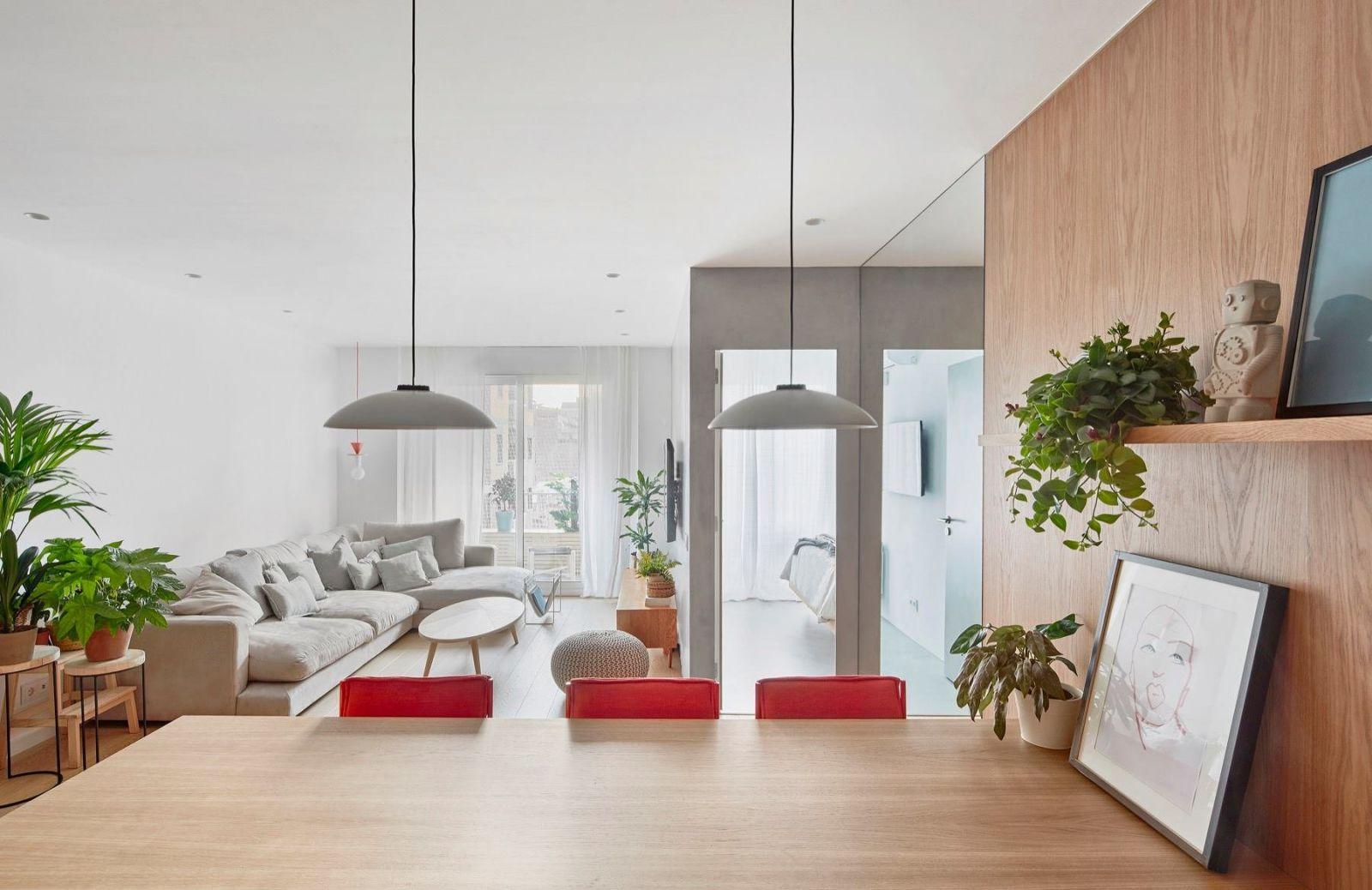 Благодаря панорамному остеклению в квартире много естественного света