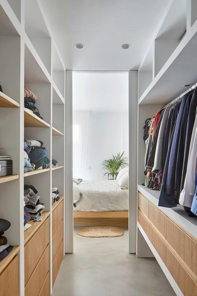 Изолорованная гардеробная одновременно является проходом в санузел, и вместе со сплальней формируют приватную зону. Уддачное решение для открытой  квартиры