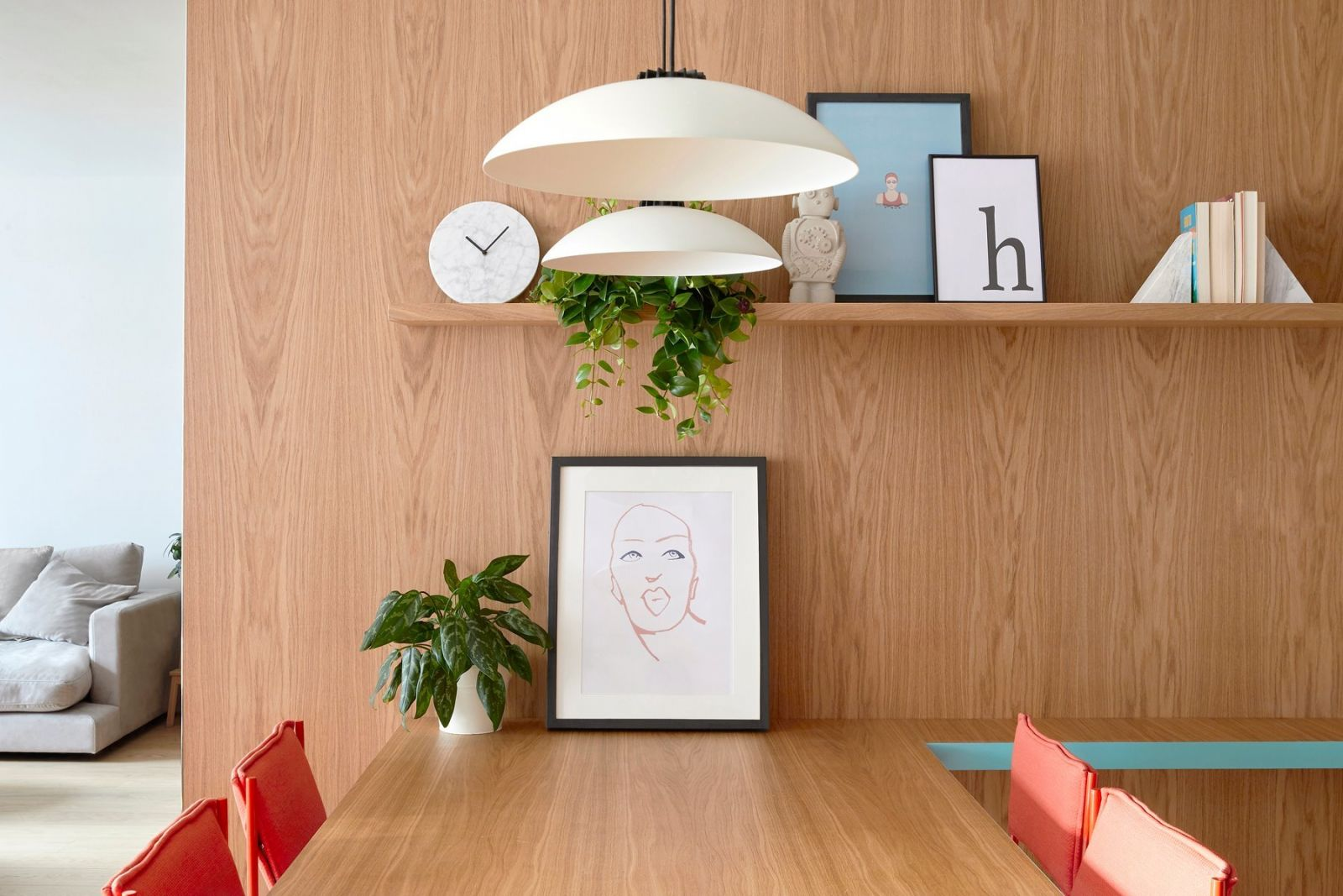 В квартире практически отсутствуют декоративные элементы, а каждый предмет оформления здесь несет функциональную нагрузку