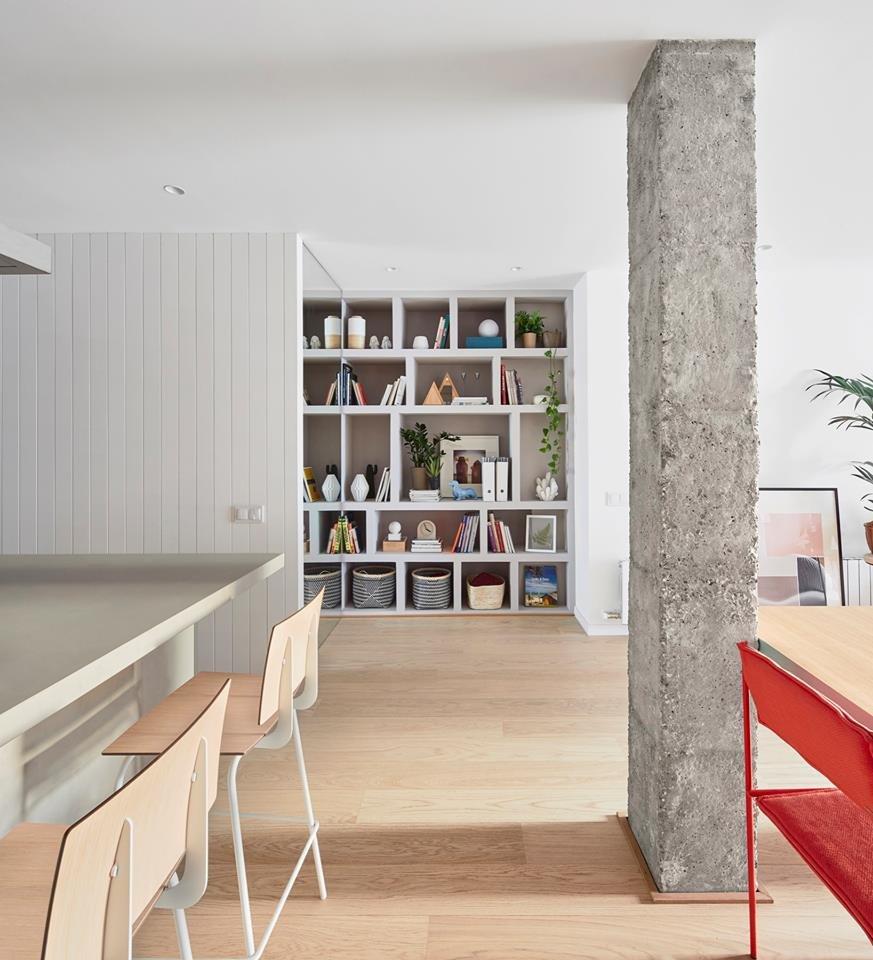 Бетонная колонна разделяет пространство гостиной на несколько функциональных зон