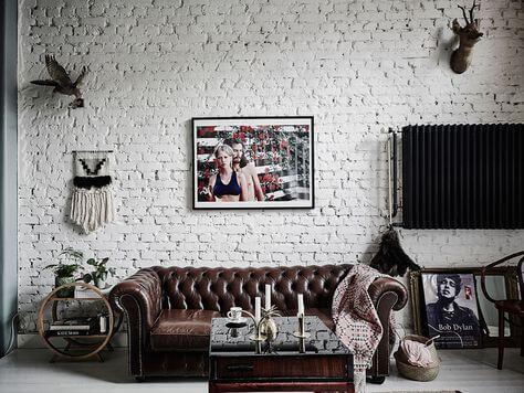 белый кирпич в интерьере фото в гостиной-столовой