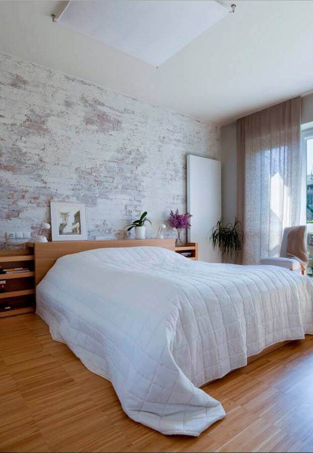 Светлое покрытие кирпичной стены привнесет в романтичный интерьер спокойную мягкость и стильную изюминку