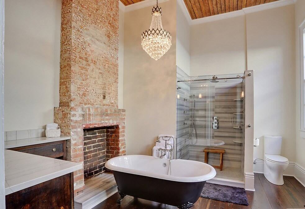 Изюминка урбанистической ванной – фальш-камин из светлого кирпича