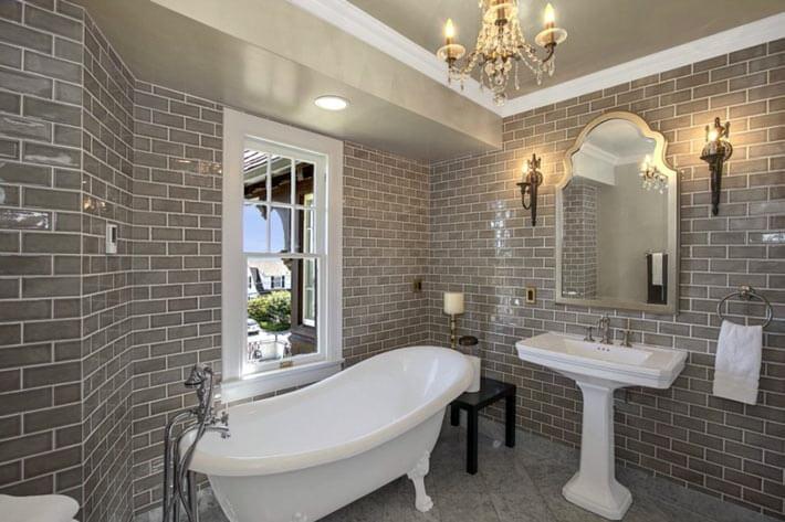 Серый глянцевый кирпич  в интерьере для ванной