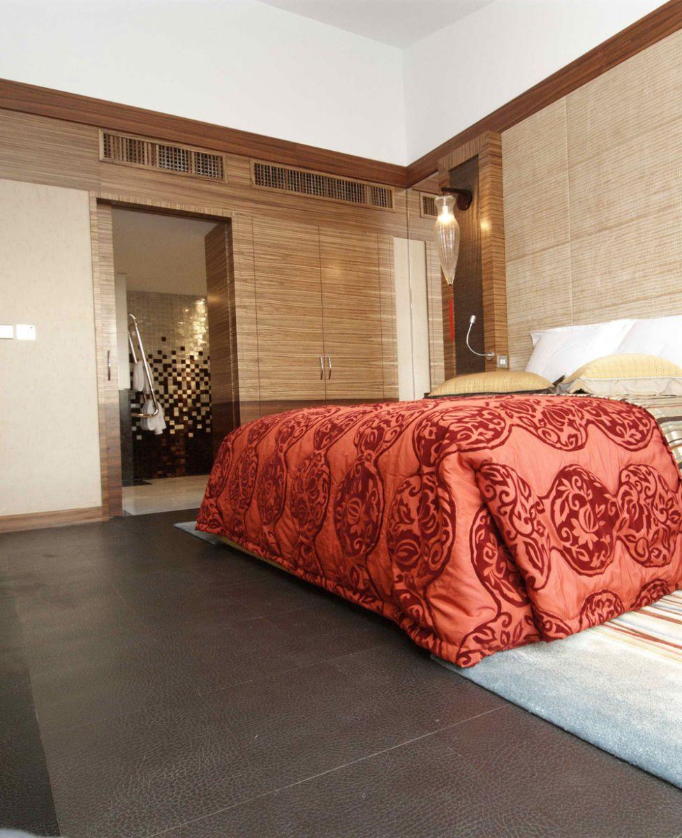 Одна часть комнаты оформлена кожаной плиткой, а вторая - ламинатом.
