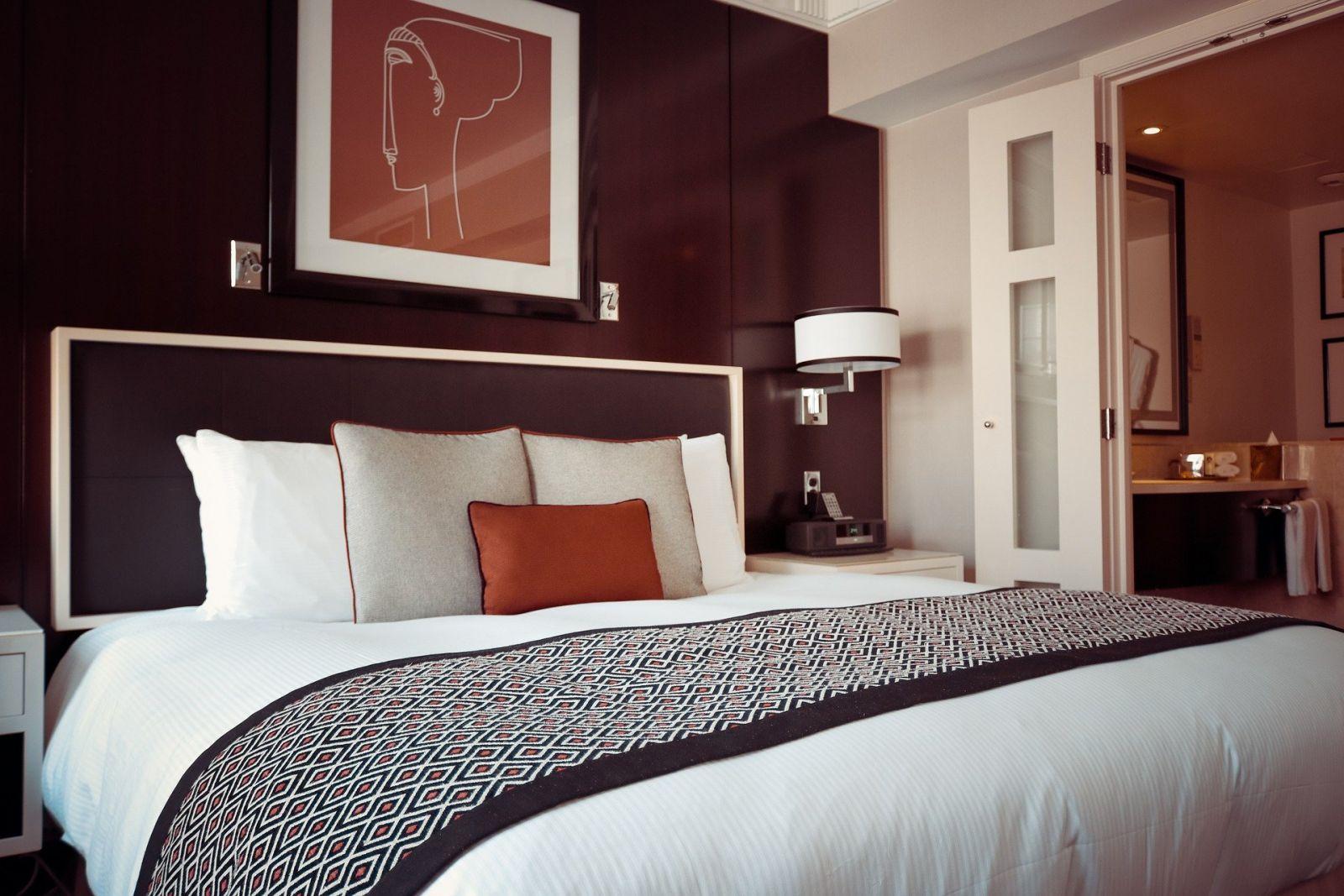 Кровать с мягким изголовьем не доставит Вам много хлопот во время уборки.