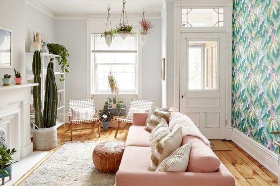 Расслабленная атмосфера идеально дополняет интерьер небольшой гостиной, добавляя ей особого шарма и утончённости.