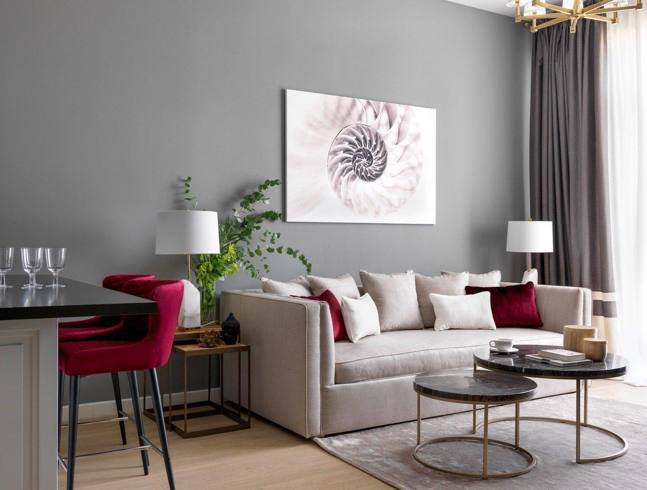 Сочетание монохромного дизайна и ярких цветовых акцентов создает атмосферу умиротворенного уюта.