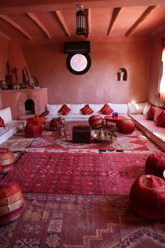 Марокканский дизайн наполнен хитросплетениями изысканных арок и кружевных конструкций из металла.