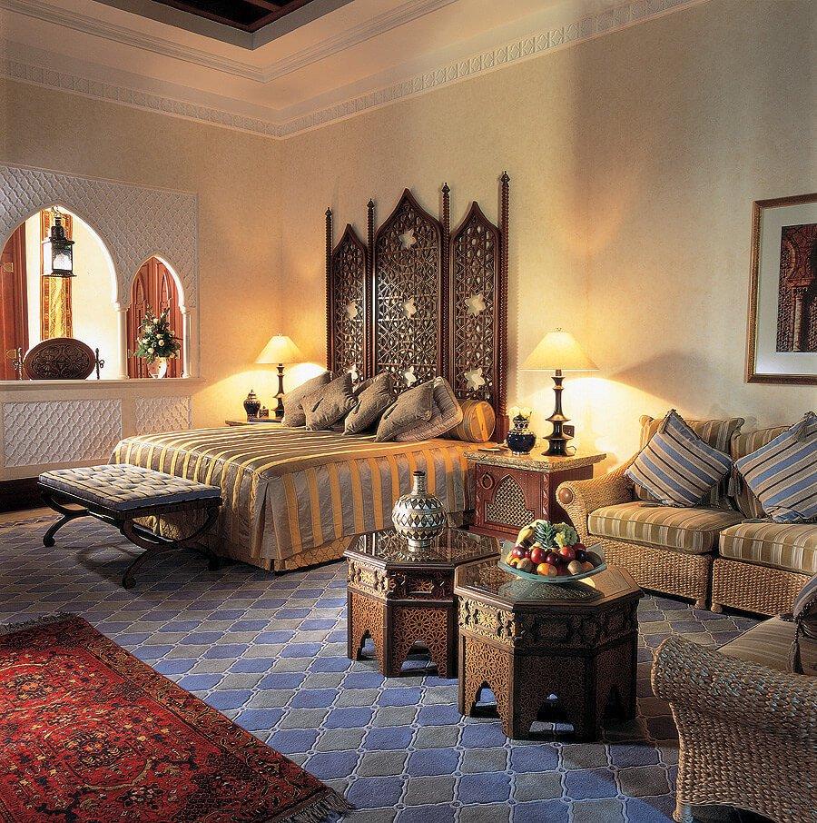 Марокканский стиль –– это резные диваны, столы, которые сочетаются с плюшевыми  кушетками, пуфами и даже подушками для пола.