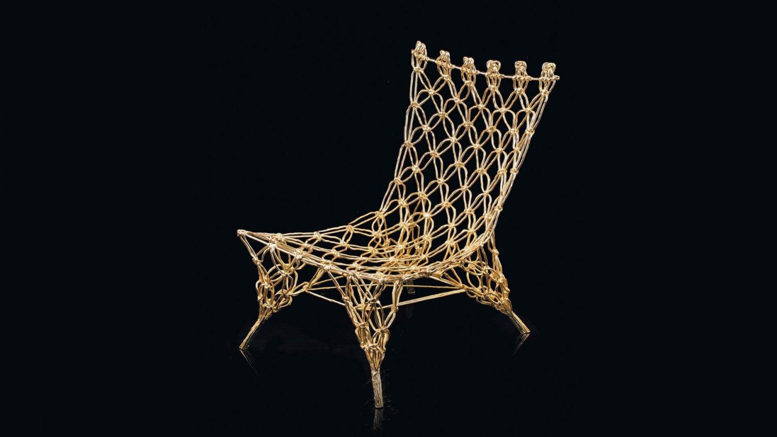 Оригинальный внешний вид стула, для его изготовления применялось углеродное волокно и армид обеспечивая изделию необходимую жесткость
