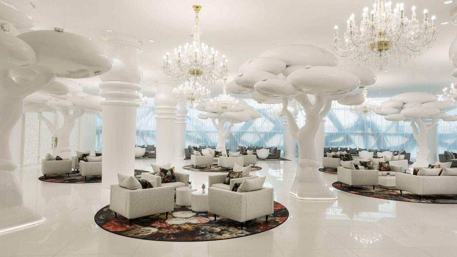 В гостиной, сюрреалистический белый лес характеризуется гигантскими белыми Деревьями Жизни. «Концептуально, мы совместили местную культуру с современной эстетикой дизайна...» добавляет Марсель Вандерс.