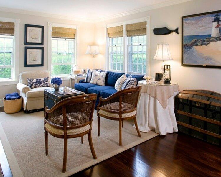 Диван в гостиной моно смело декорировать множеством подушек с изображением ракушек, рыбок, якорей или просто подушками в полоску