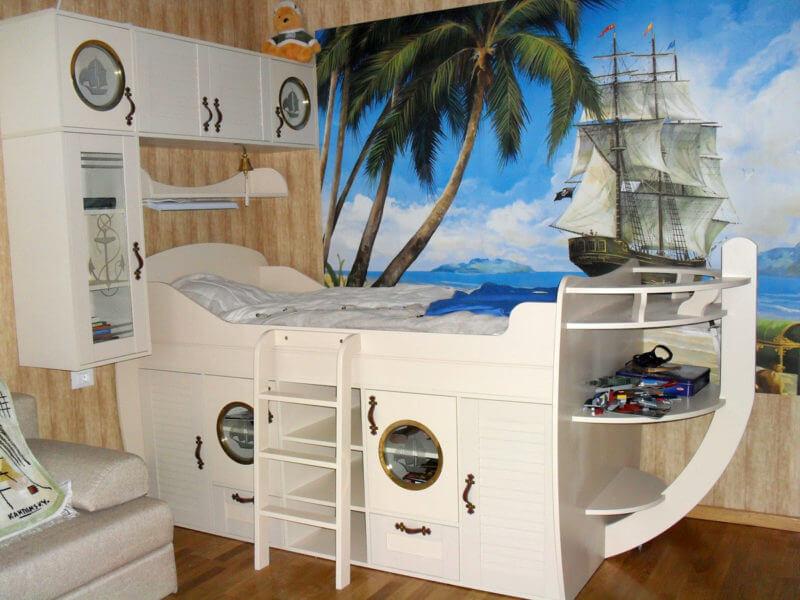 Кроватка-корабль очень понравится юным искателям приключений, следовательно, ребенок охотнее будет ложиться спать, а сон станет гораздо крепче