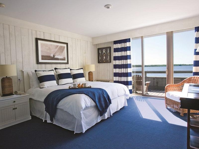 Полосатые принты, характерные для морского стиля, станут яркими акцентами в вашем интерьере