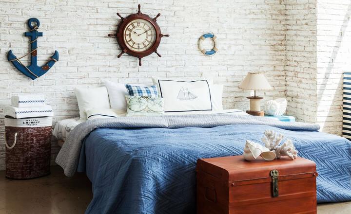 Самый колоритный элемент морского стиля – это предметы декора – здесь и якоря, крупные ракушки, полосатые подушки и даже часы-штурвал