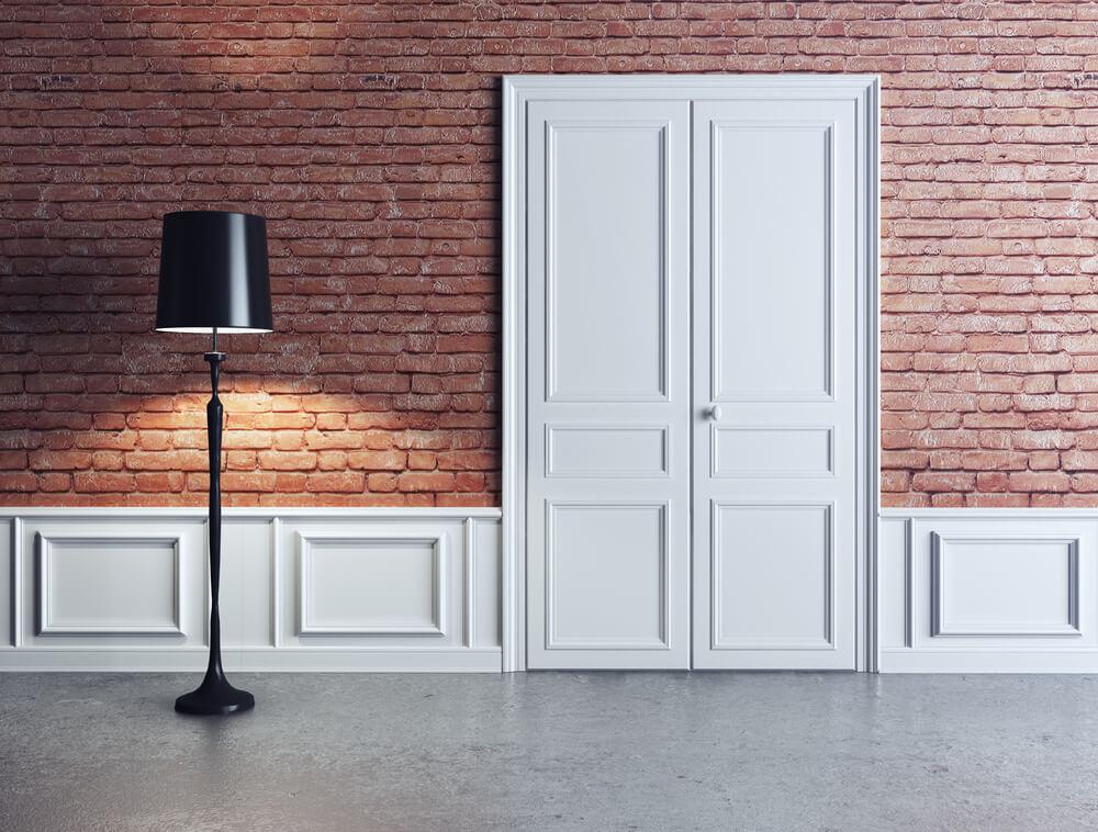 Белые межкомнатные двери в сочетании с широкими декоративными рейками.