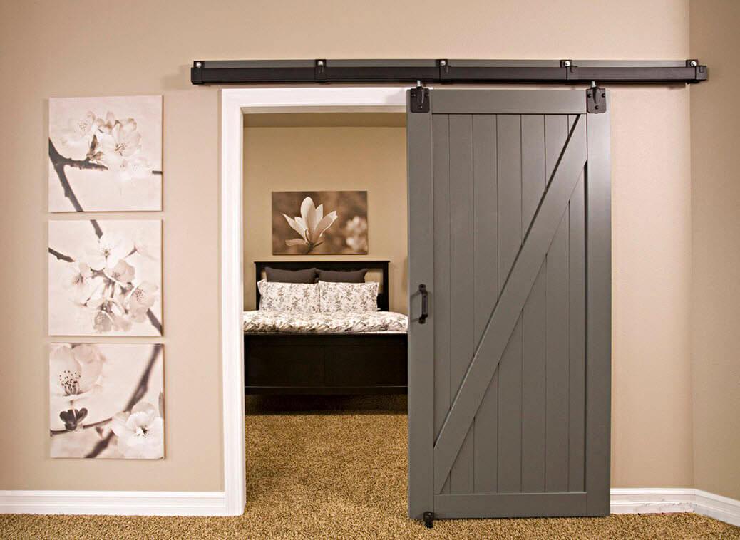 Серые раздвижные двери отлично гармонируют с нежным бежевым цветом стен.