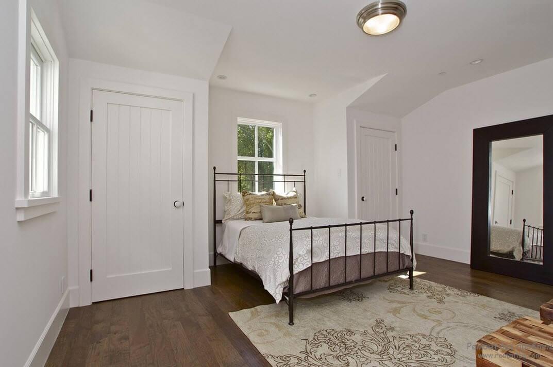 Минималистичные деревянные двери белого цвета - лучшее решение для Вашей скандинавской спальни!