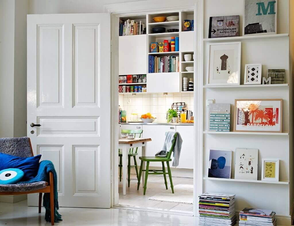 Компактная белая дверь даже в открытом виде не занимает много пространства.