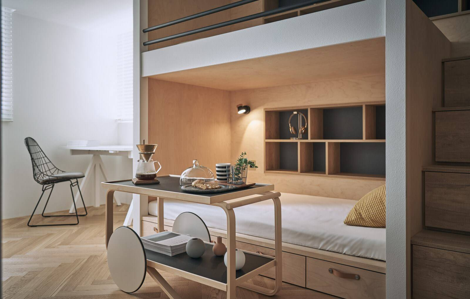У каждого спального места предусмотрены выдвижные ящики и встроенные ниши для хранения вещей
