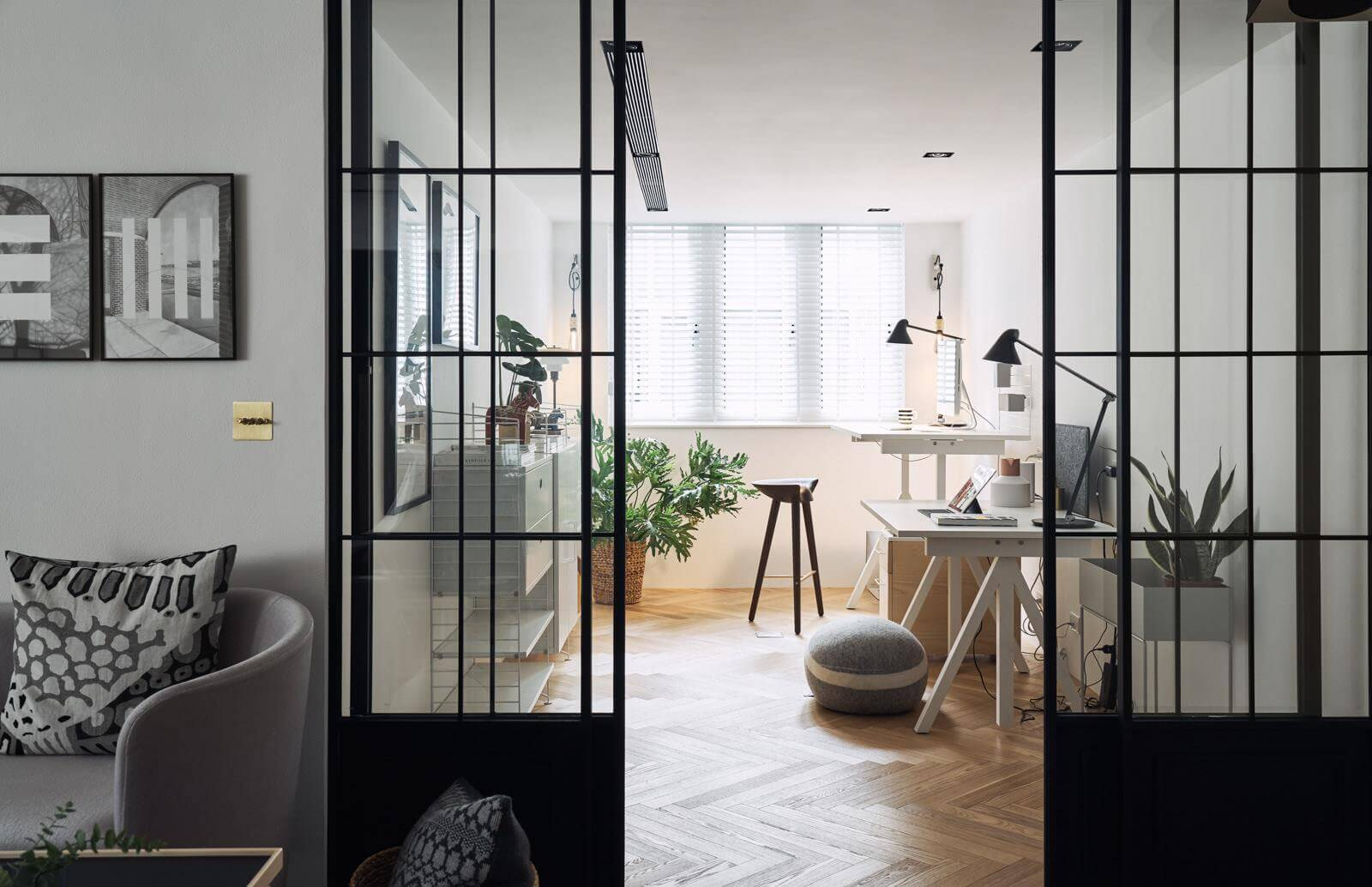 Небольшой кабинет включает все необходимое для комфортной работы