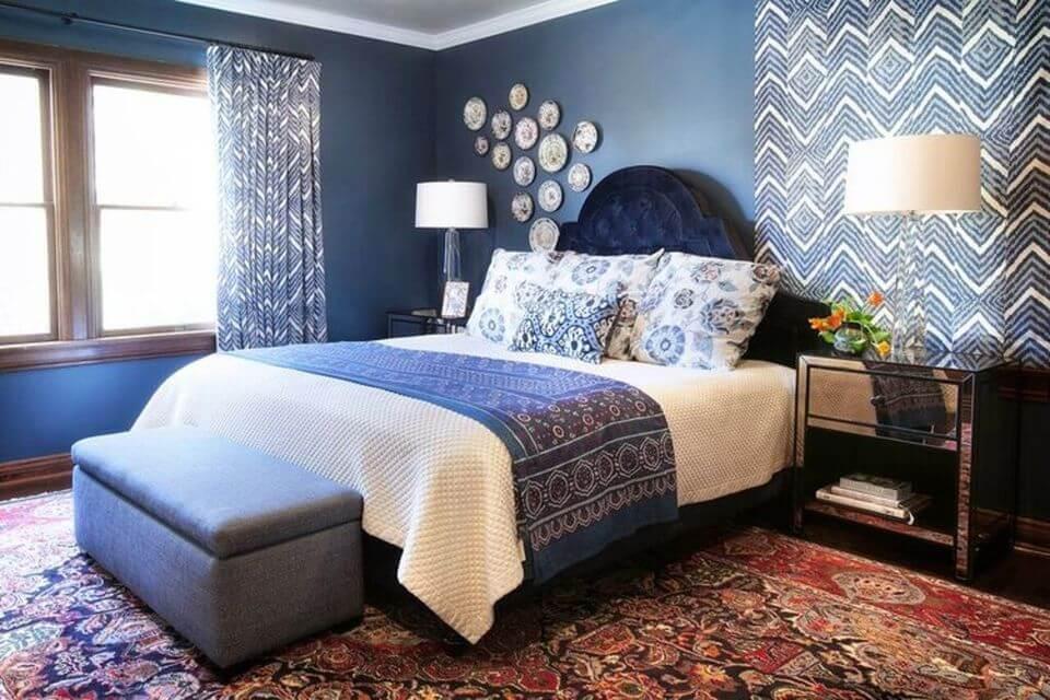 Синий и белый - это классическое цветовое сочетание для спальни.