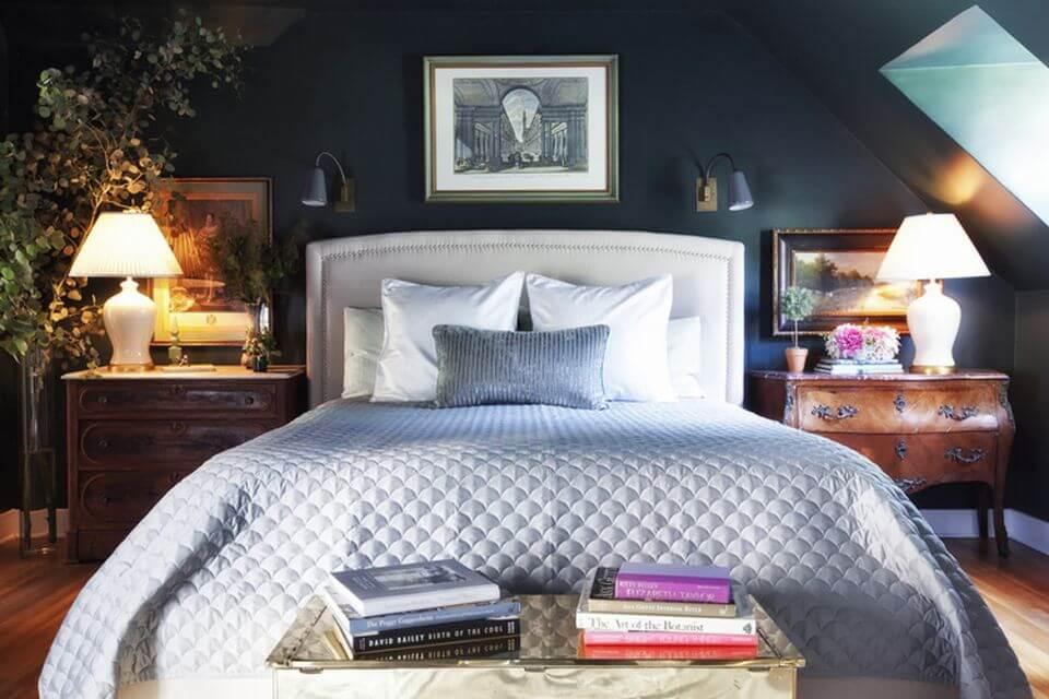 Темные стены создают аристократичный антураж в спальне.