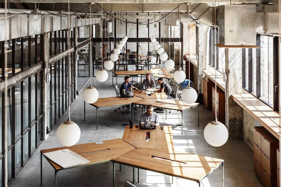 Открытое пространство, высокие потолки, много света и рабочие места все, способны вместить много желающих