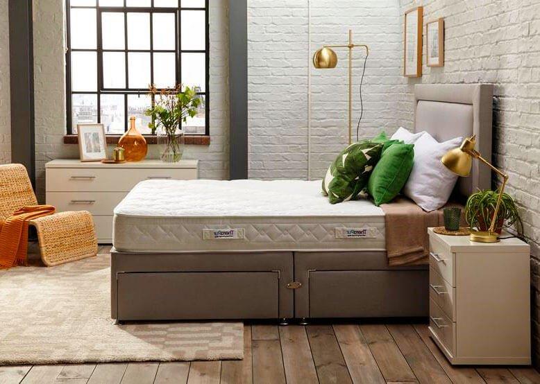 Традиционная спальня с укомплектованной кроватью