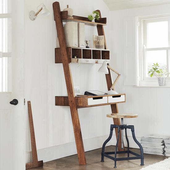 Используйте деревянную лестницу в качестве практичного дизайн-решения и символичного акцента.