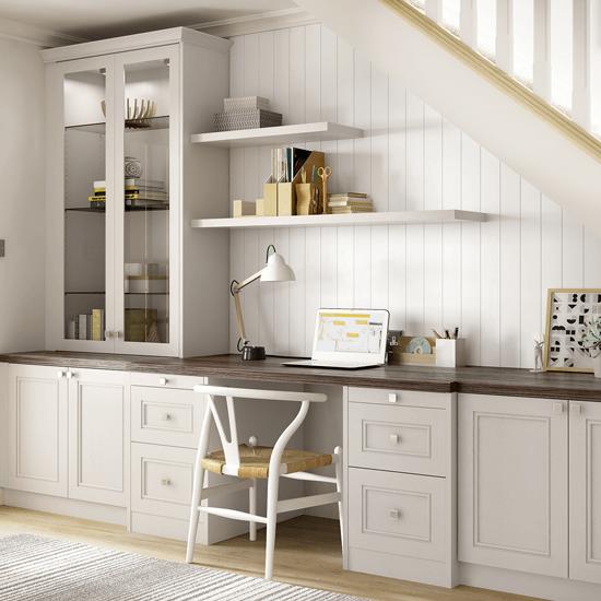 Используйте свободное пространство под лестницей для создания домашнего офиса.