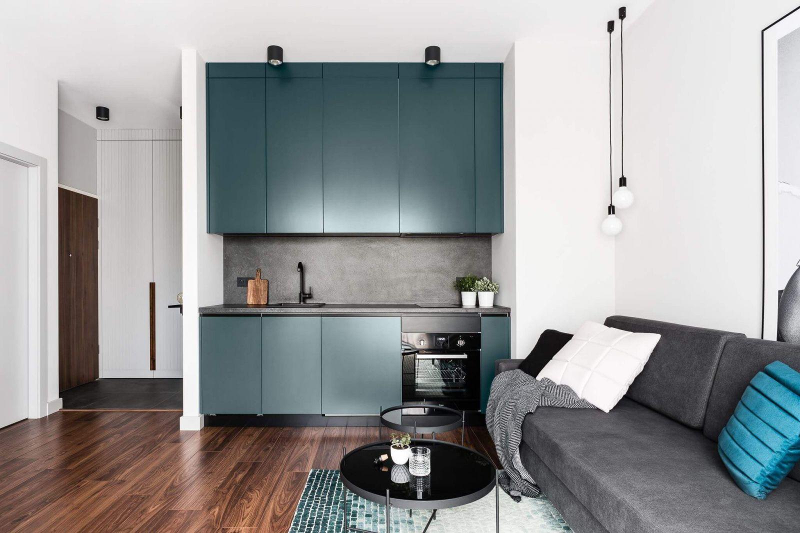 В небольшой гостиной нашлось место для зоны отдыха, включающей небольшой раскладной диван для гостей, который в случае необходимости превращается в дополнительное полноценное спальное место