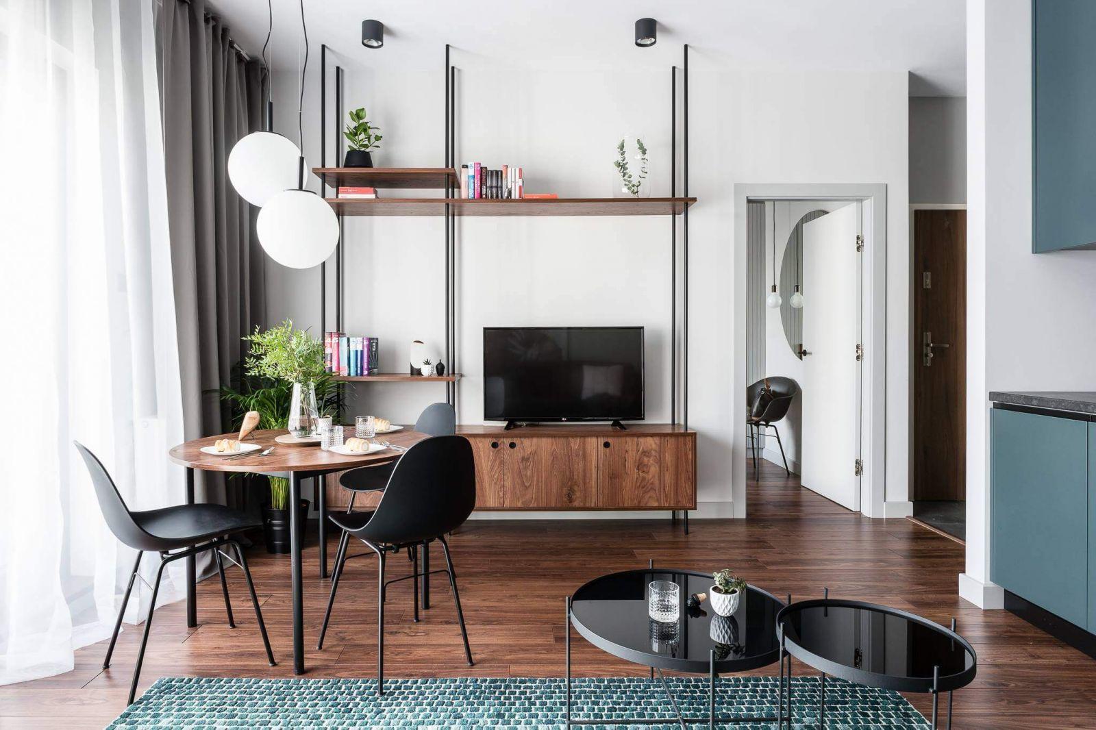 Гладкие белые стены являются прекрасным фоном для ярких цветовых вкраплений в виде предметов мебели и декора