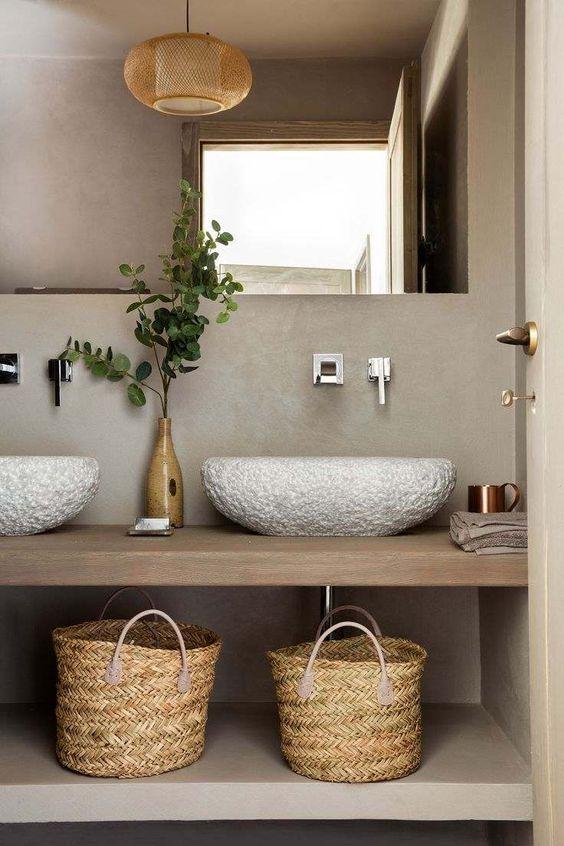 Плетенные и тканые корзины - это стильный, практичный и многофункциональный аксессуар для миниатюрной ванной комнаты.