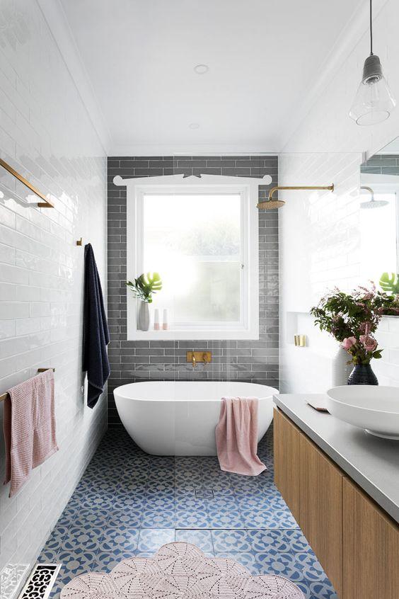 Небольшая ванная комната - это не повод отказываться от смелых экспериментов.