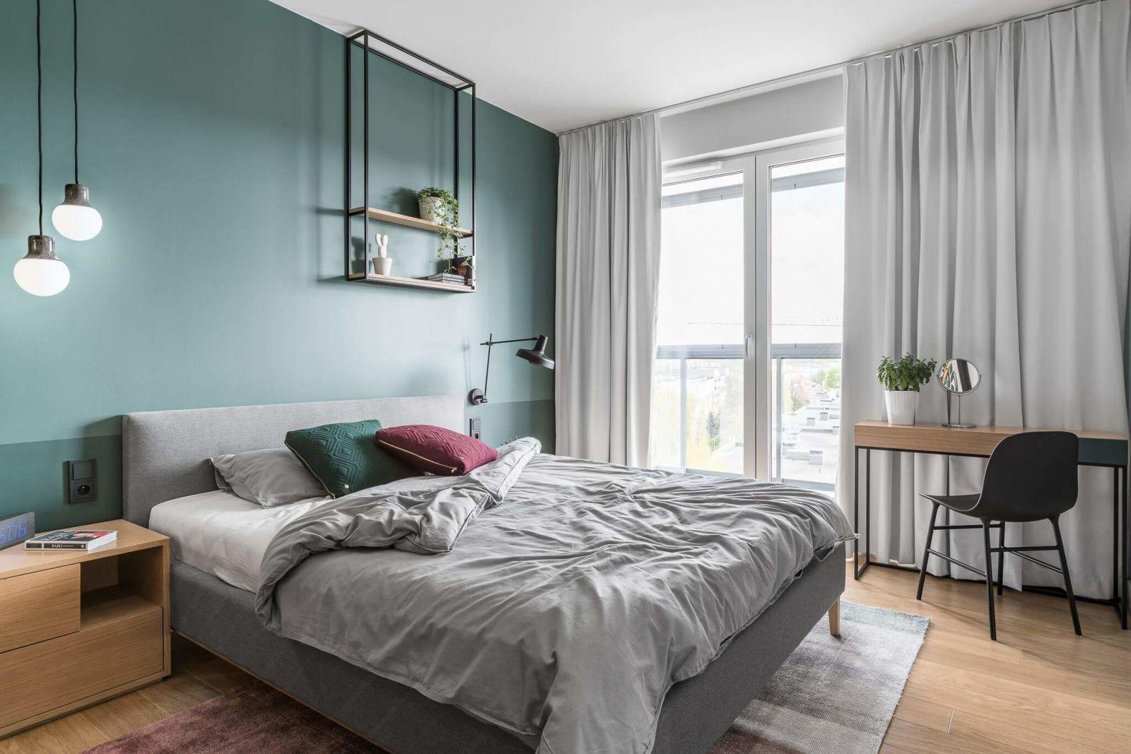 Спальня построена на эстетике сдержанности и изящества.