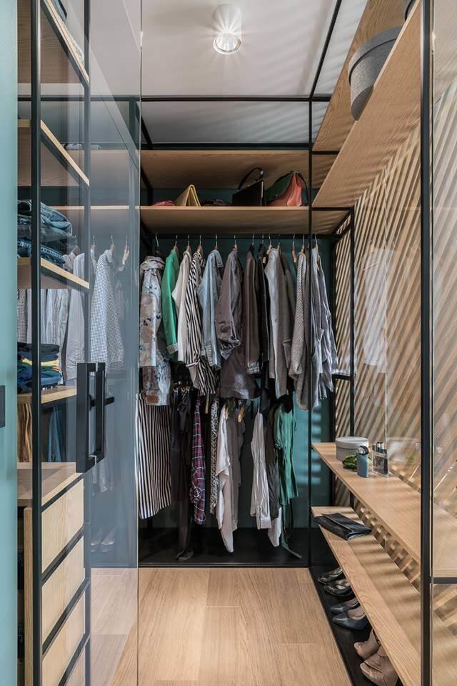 В спальне предусмотрен небольшой гардероб, скрытый с помощью рифленой деревянной перегородки.