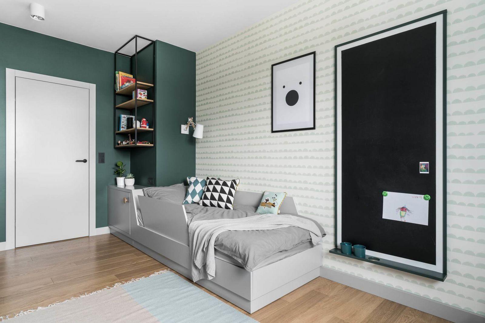 Для комфорта и удобства в комнате создано пространство для хранения игрушек и прочих мелочей – вместительная ниша, спрятанная под окном.