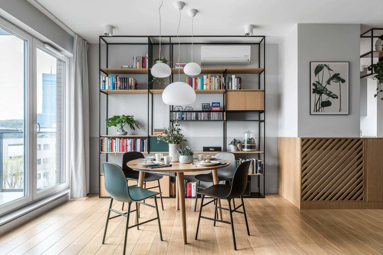 Дополнительный уют в помещении создается за счет открытых стеллажей для хранения, которые являются не только функциональным, но и декоративным элементом интерьера.