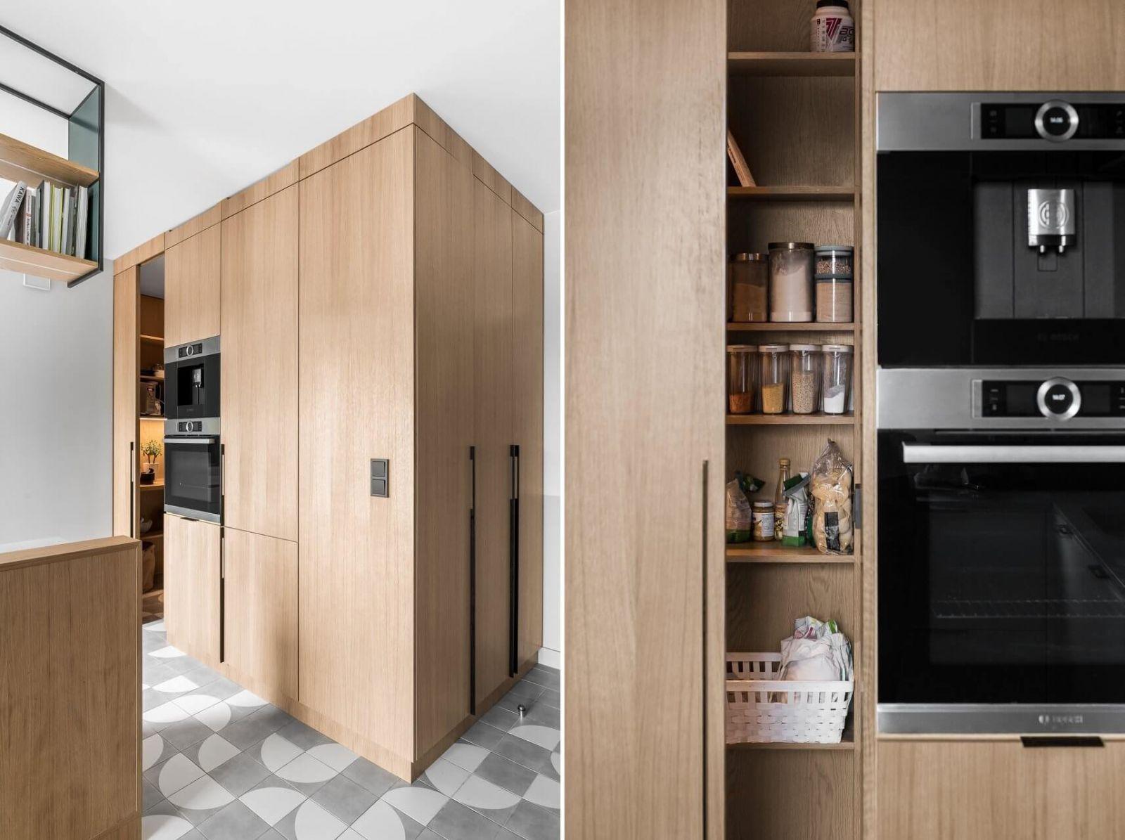 Чтобы сэкономить площадь сразу при входе в квартиру разместили двухсторонний шкаф, одна сторона которого является частью кухонного пространства, а другая – гардеробом для хранения вещей в прихожей.